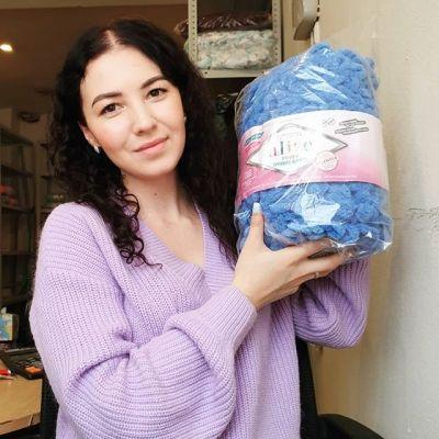 Посмотрите какой большой моточек😲😊 Alize Puffy ombre batik,  в наличии в нашем магазине.  Палитру можно посмотреть у нас на сайте, так же высылаем по запросу в КОММЕНТАРИЯХ. Цена за моток: 747 руб. ℹ ℹℹℹ Состав пряжи:100 % микрополиэстр Длина мотка: 55 м Вес мотка:600 гр Мотков в упаковке:1 Вес упаковки:600 гр